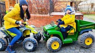 Малыш и машинки, квадроцикл и синий трактор. Видео для детей.