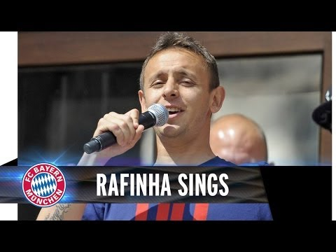 Rafinha sings, Dante laughs