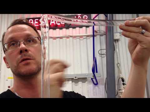 Ett besök hos Sveriges enda neonglasblåsare