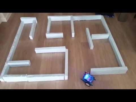 Robot resolviendo laberinto