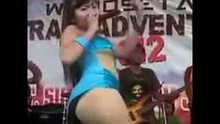 Repeat youtube video Dangdut Celana Dalam Kelihatan Toge Saat Salto Hot - Buka Sithik Jos