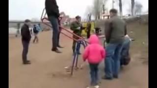 Мега ржач, парень упал с качели, прикол на детской площадке!!