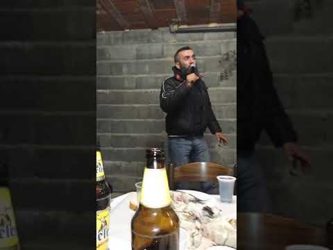 Momak peva, razbija xD