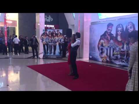 Shahrukh & Kajol Dancing To Gerua At Dubai Mall
