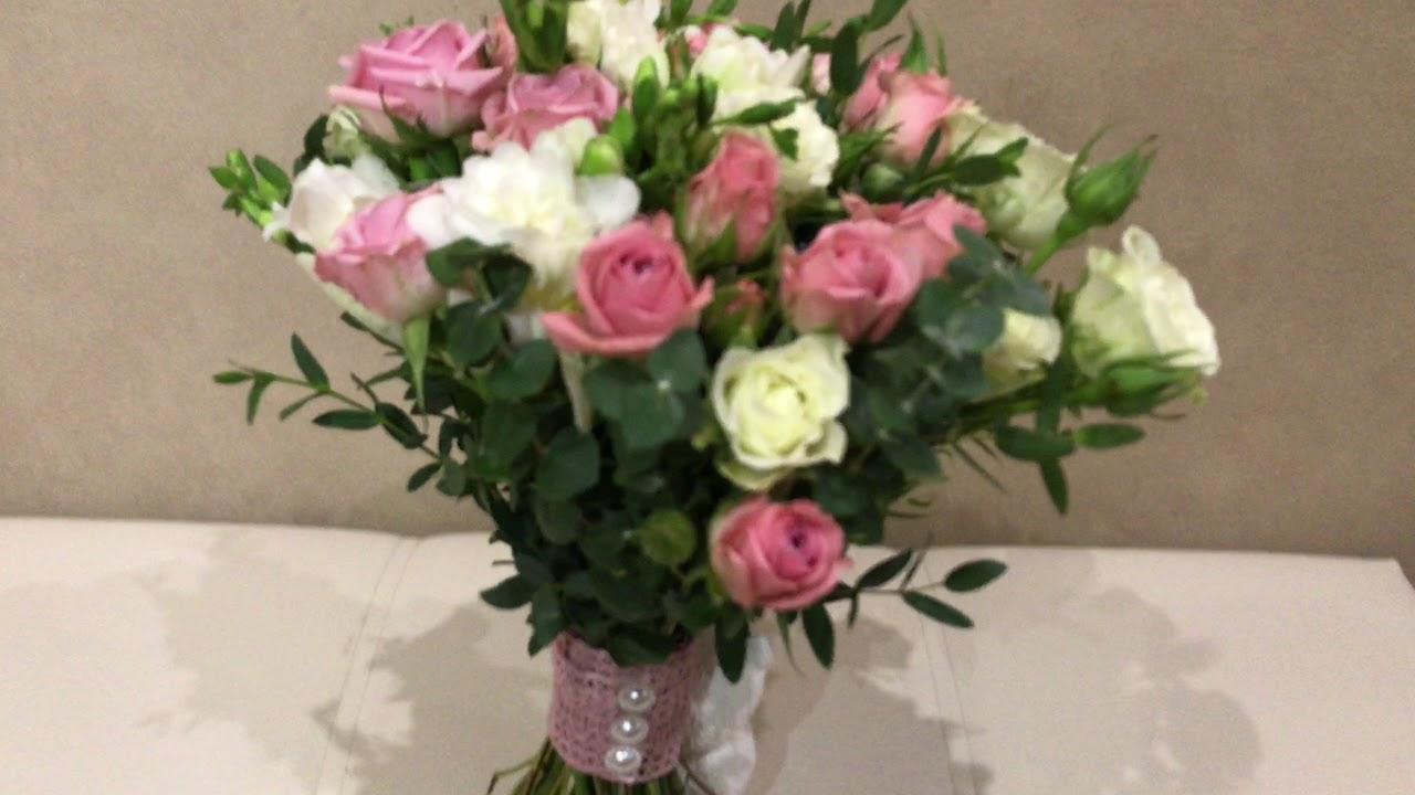 Свадебный букет невесты из пионов цвета марсала и роз цвета Айвори .