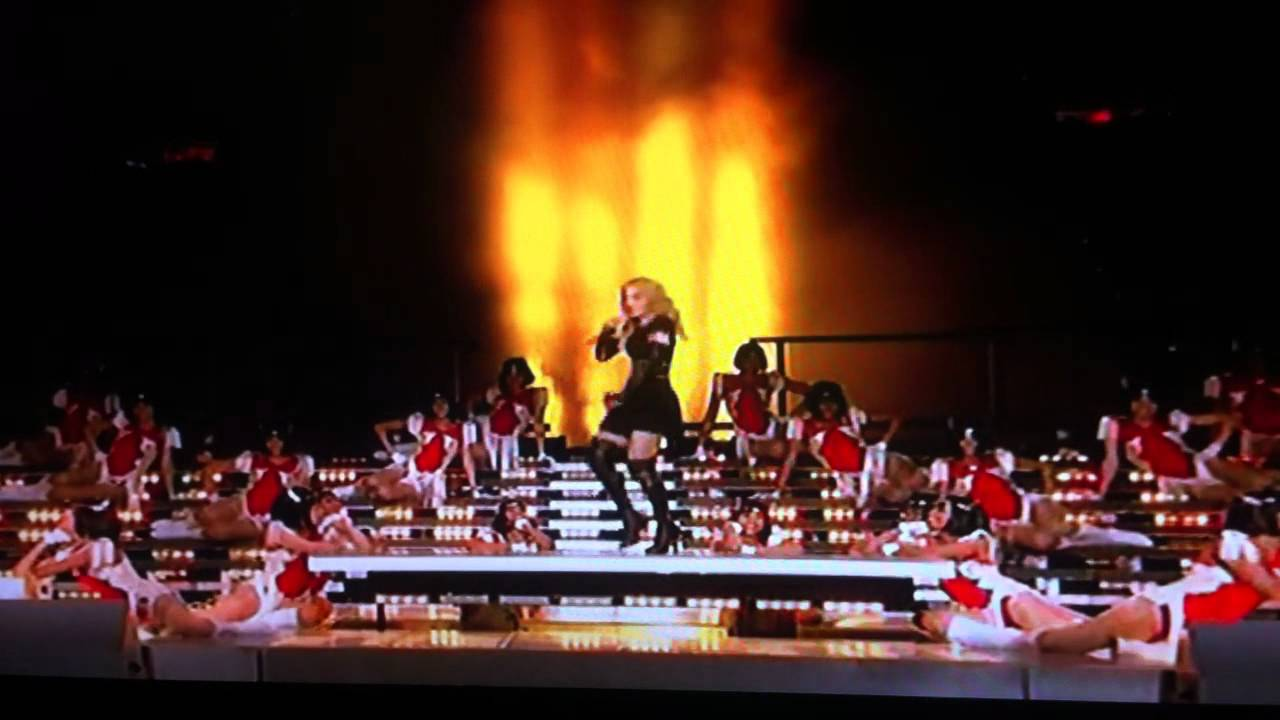 Maddona at super bowl 2012 - Mia shows her middler finger