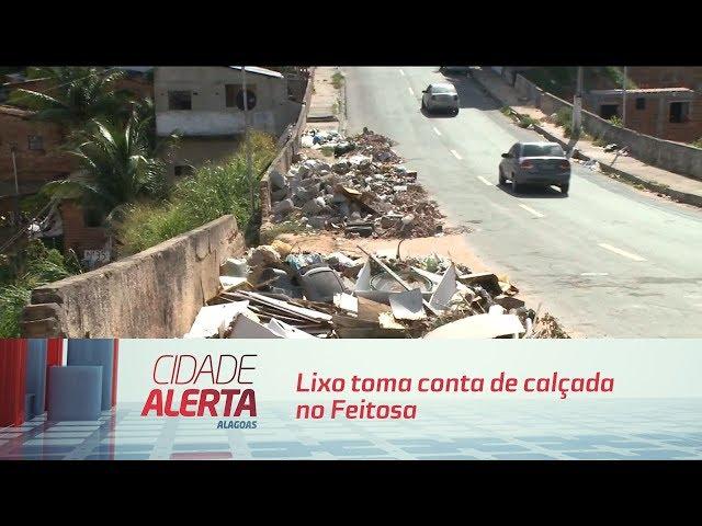 Lixo toma conta de calçada na rua Pastor Eurico Calheiros, no Feitosa