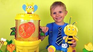 Видео для детей - Малыш Даник и пчела Майя играют в супербочонок