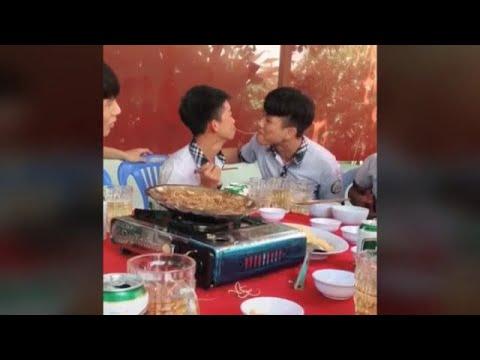 Coulpe Gay#16  Couple gay hôn nhau kiểu Lady and Tramp style đắm đuôis
