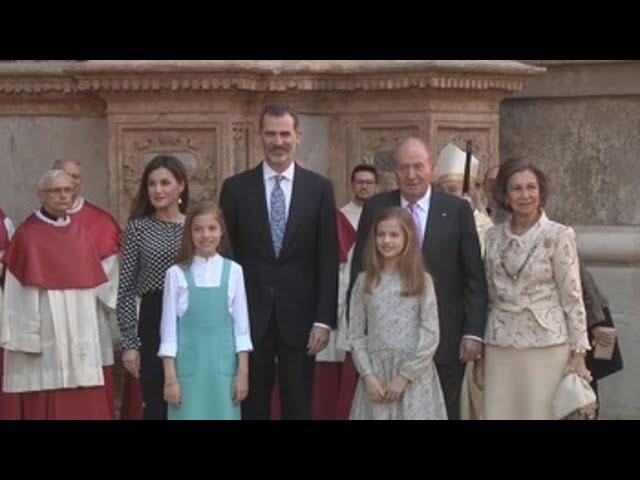 Los Reyes y sus hijas acuden a la tradicional misa de Pascua