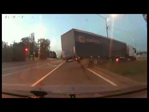 funny-video-truck-crashed-into-traffic-lights