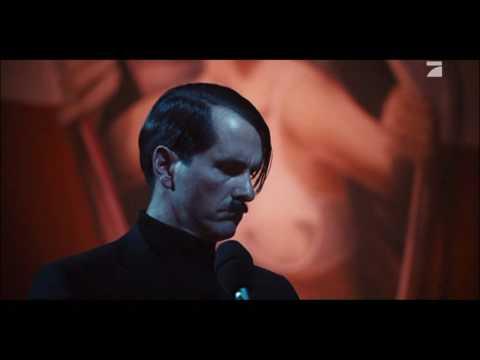 Hatler singt Karaoke in dem Film Neues vom Wixxer