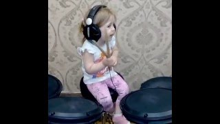 Вика играет на барабанах
