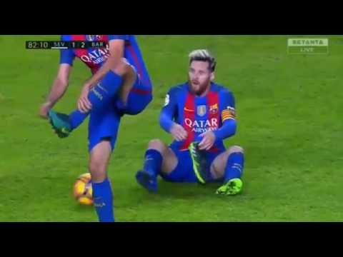 85794bf43daee Leo Messi perde chuteira em campo e leva amarelo - YouTube