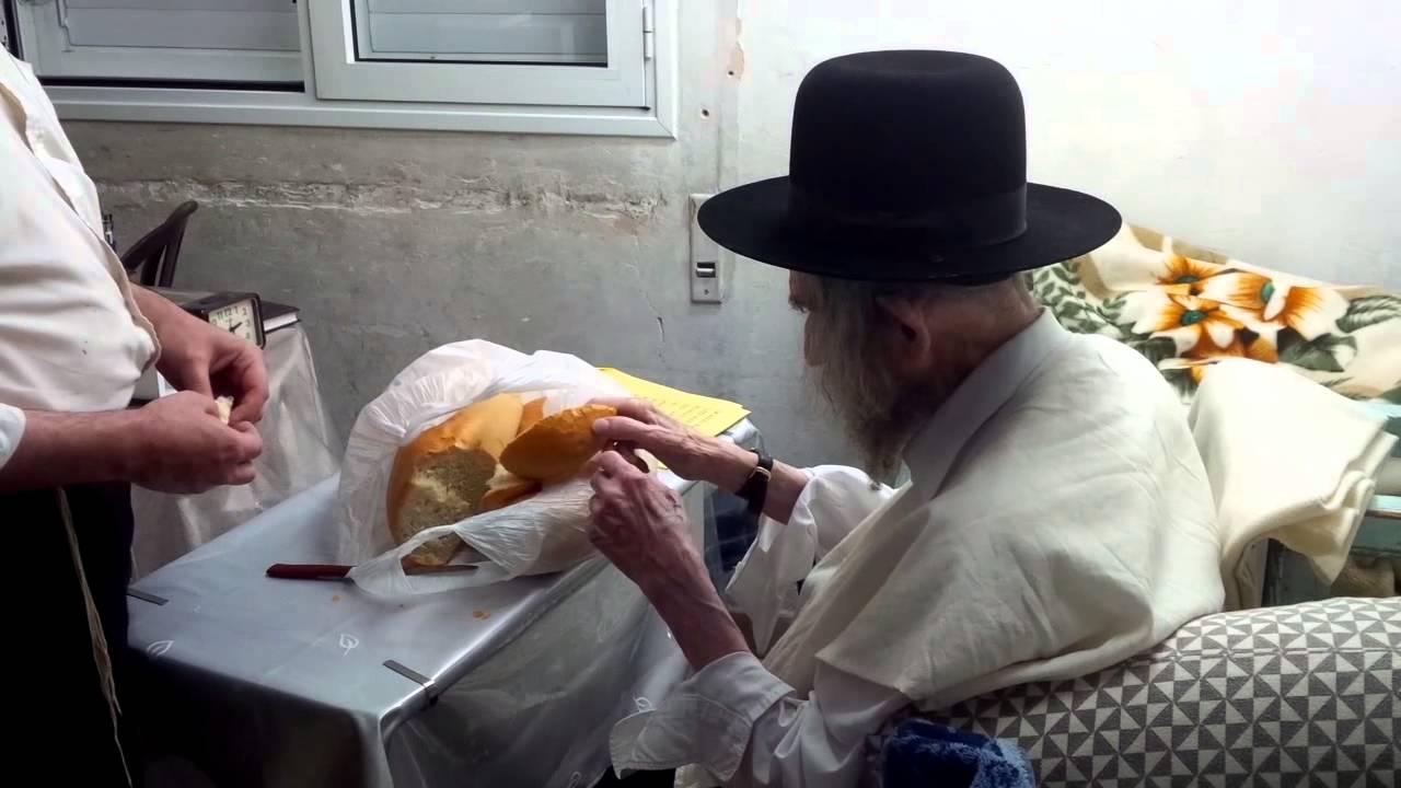 הרב שטיינמן מעשר את פיתו ומפריש חלה