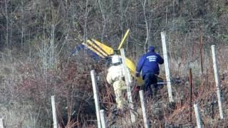 Первое видео с места падения вертолета под Алуштой 28 ноября(Очевидцы засняли место падения вертолета под Алуштой в первые минуты трагедии. К упавшему летательному..., 2016-11-29T08:28:58.000Z)