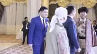 Выход жениха и невесты на казахской свадьбе