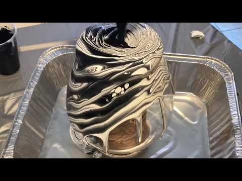 Black n white vase pour! - Riki's Art