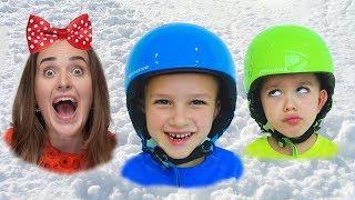Vlad und Nikita hatten viel Spaß beim Spielen mit ihrer Mama und dem Schnee im Winterspielzentrum!
