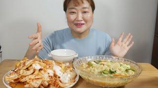 방금 담근 김치 겉절이와 꼬소하고 쫀득한 감자수제비 먹…