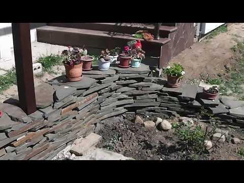 Подпорная стенка из плоского камня без раствора.