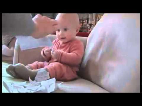 Em bé cười ngặt nghẽo khi... xé giấy.mp4