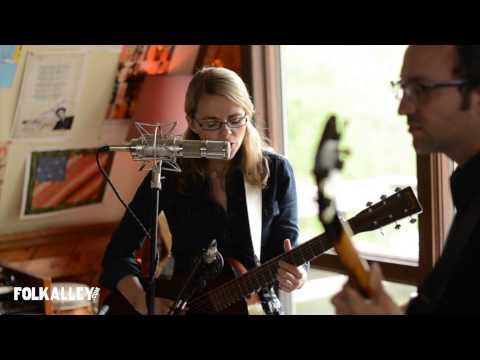 "Folk Alley Sessions: Aoife O'Donovan - ""Lay My Burden Down"""