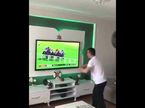 At Yarışı' Na Fazla Kapılan Adam, Horse Race