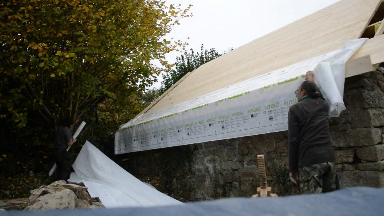 atelier d 39 artiste partie 27 pose du pare vapeur de toiture sarking youtube. Black Bedroom Furniture Sets. Home Design Ideas