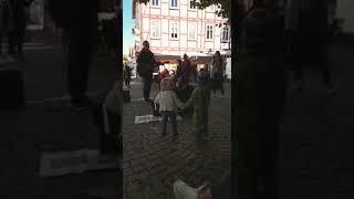 Kleine Kinder tanzen zur Musik Street Food Festival Melsungen 30.09.18