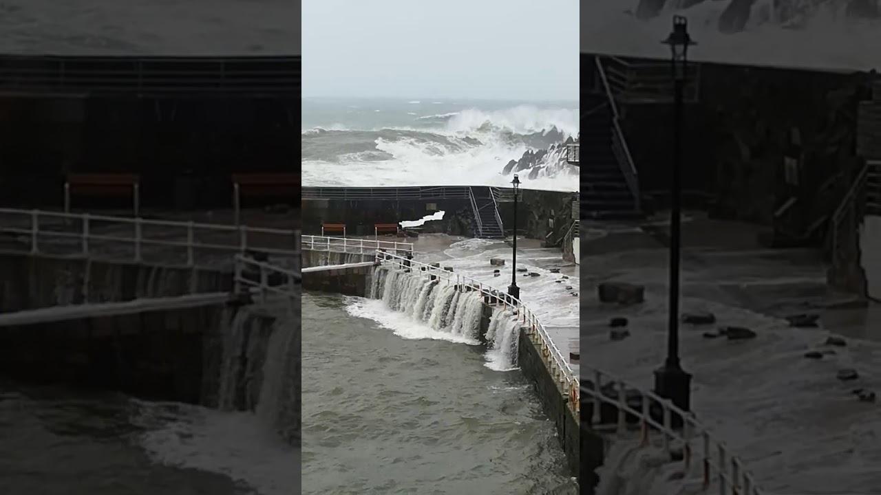 """La ciclogénesis explosiva """"Hugo"""" revienta el puerto viejo de Cudillero, en el principado de Asturias."""
