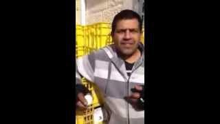 ערבי אוכל ביצה עם הקליפה ובולע סיגריה דולקת