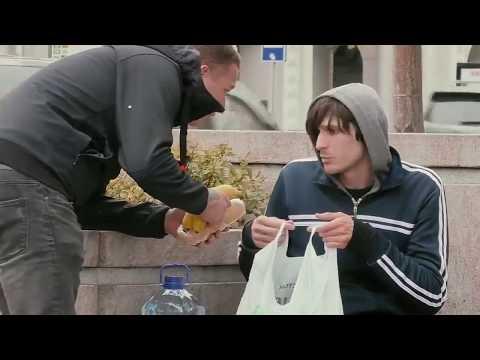 Бедный парень поделился едой  и за это получил награду. Социальный эксперимент.