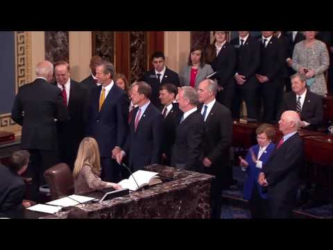 Thune Takes Oath of Office for 115th Congress