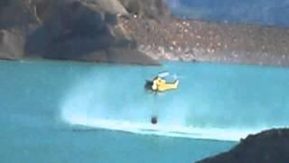 Helicóptero cargando agua en el embalse de Algeciras, Murcia