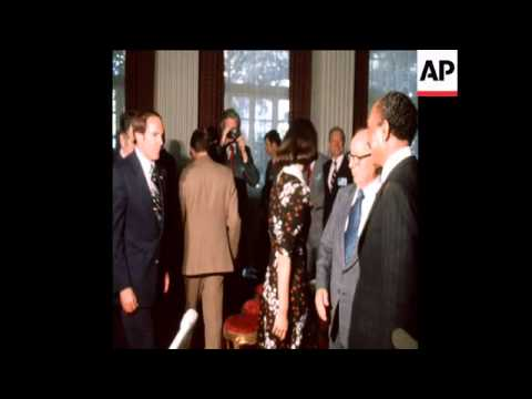 SYND 17 2 75 PRESIDENT SADAT WITH US CONGRESS DELEGATION
