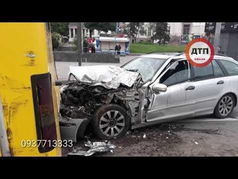 Рафик невинный: в Киеве на площади Победы рано утром водитель Мерседес из Европы, без документов и с