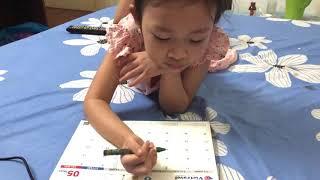 Bé 4 tuổi tập viết chữ