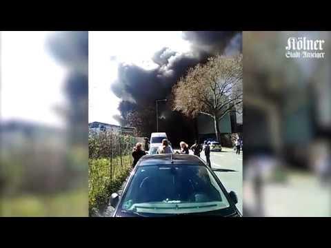 Brand in Autowerkstatt in Köln-Mülheim - Dunkle Rauchwolke zieht über Köln