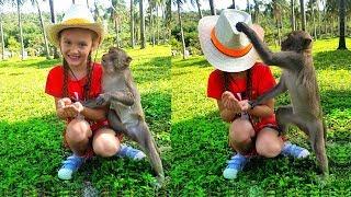 Lindo Nastya alimenta animales en el zoológico