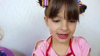LAURA BRINCA DE LIMPAR A CASA E HELENA BAGUNÇA! KIDS PRETEND PLAY WITH CLEANING TOYS!