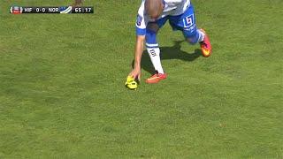 Rawez Lawan snor David Accams sko (Player steals shoe in football game) - TV4 Sport