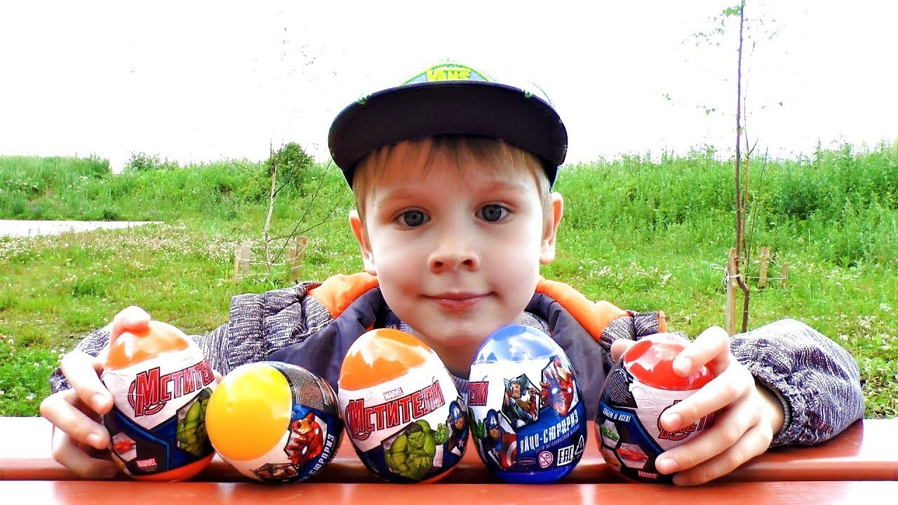 Макс открывает и пускает с горки Машинки из яиц Мстители игрушки для мальчиков в видео для детей