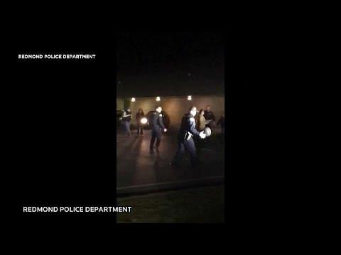 شاهد: الشرطة الأمريكية تتلقى بلاغا لإيقاف شباب يلعبون كرة السلة فتنضم إليهم…  - 14:00-2019 / 11 / 21