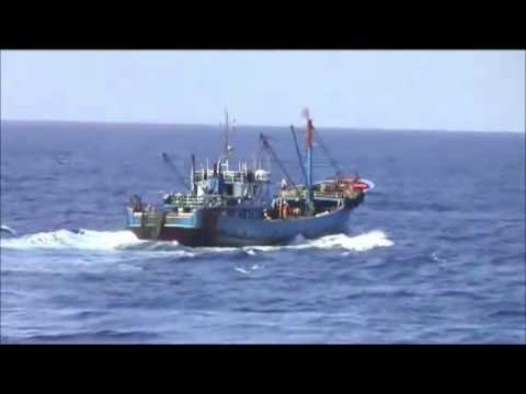 A Chinese fishing boat threw itself into Japanese Maritime Safety Agency patrol boat.