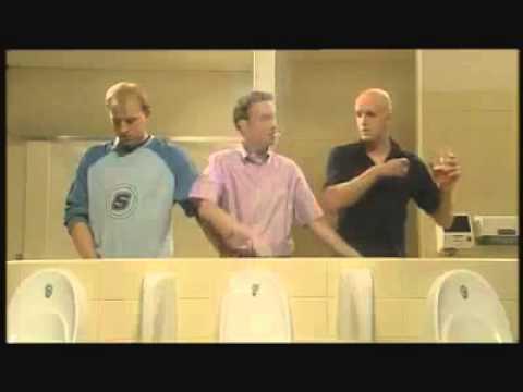 Cách đàn ông đem lại hạnh phúc cho nhau khi đi vệ sinh =))
