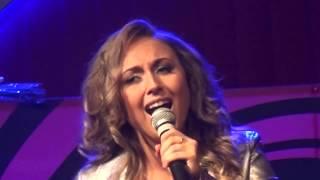 Популярная певица Ксения Алтай и популярный  дуэт