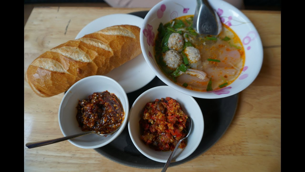 Thưởng thức bánh mì xíu mại kiểu Đà Lạt giữa Sài Gòn