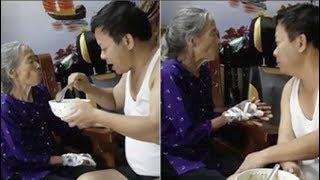 Cảm động người đàn ông đút cơm, nịnh mẹ già 90 tuổi ăn từng muỗng