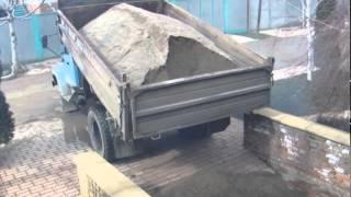 Тротуарная плитка своими руками. Отсев для работы.(С третьей попытки получилось высыпать.Это видео создано с помощью видеоредактора YouTube (http://www.youtube.com/editor), 2015-03-17T18:25:47.000Z)